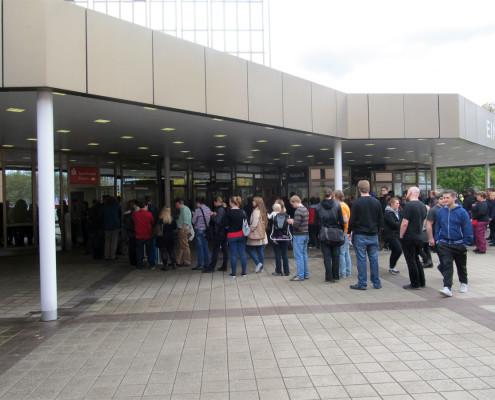 To nie jest kolejka do kas, a do bankomatu. Na targach gotówka bardzo szybko się kończy.